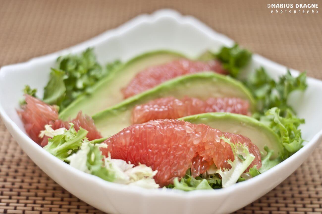 Salata de avocado si grapefruit roz