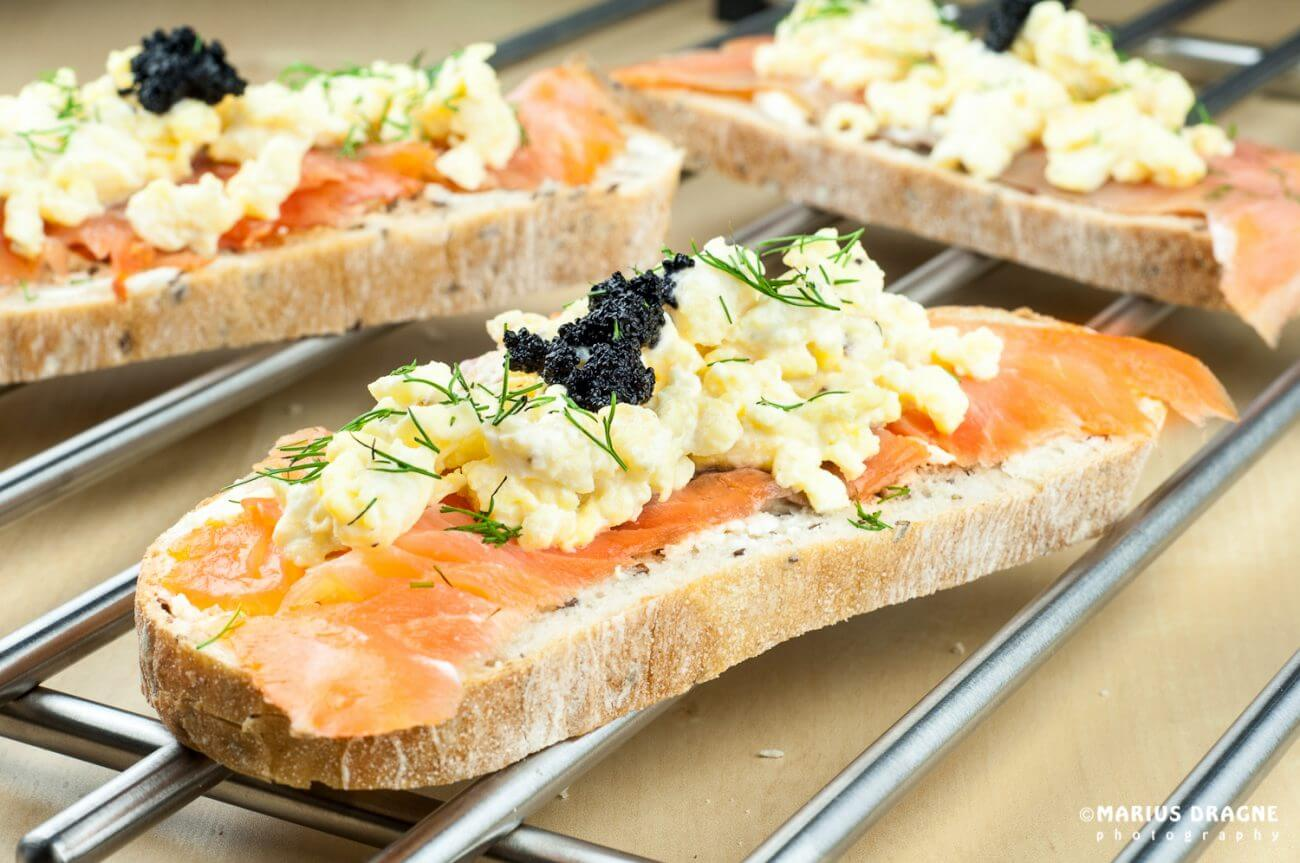 Sandwich cu omleta, somon si icre negre