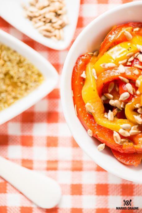 Salata de ardei copti si seminte de floarea soarelui