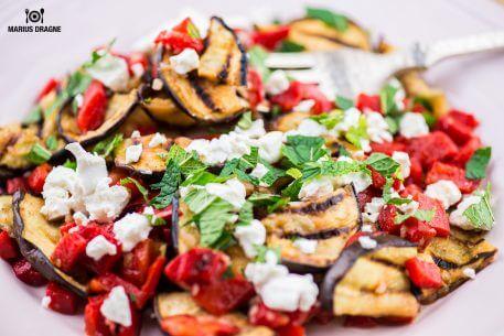Salata de vinete la gratar,ardei gras, feta si menta