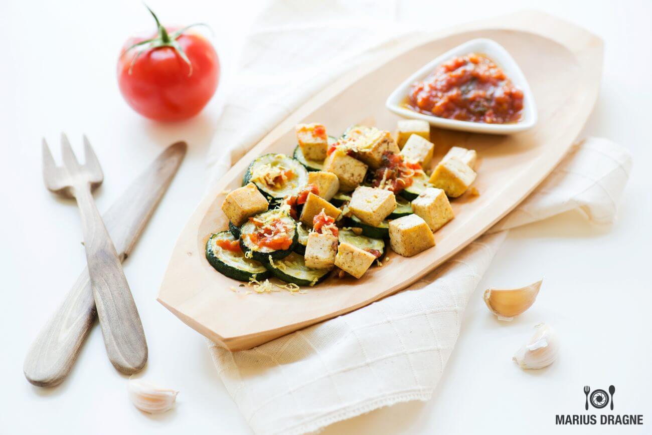 Zucchini si tofu cu sos de rosii