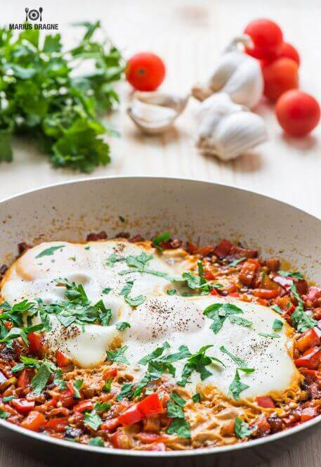 Mic dejun cu oua, rosii si ardei gras