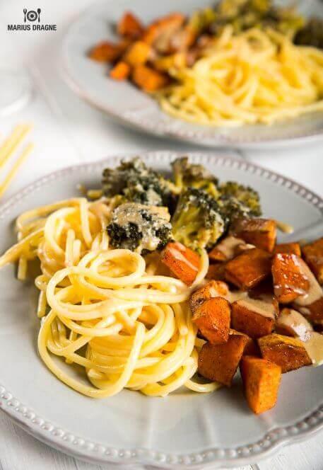 Spaghetti cu broccoli, cartof dulce si sos tahini – reteta fara gluten