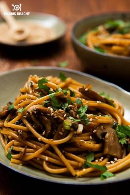 Spaghetti integrale cu ciuperci picante