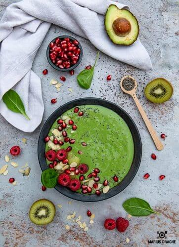 Smoothie bowl verde, racoritor si satios
