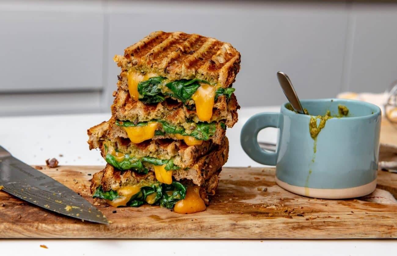 Sandwich cald cu pesto si cheddar – reteta video