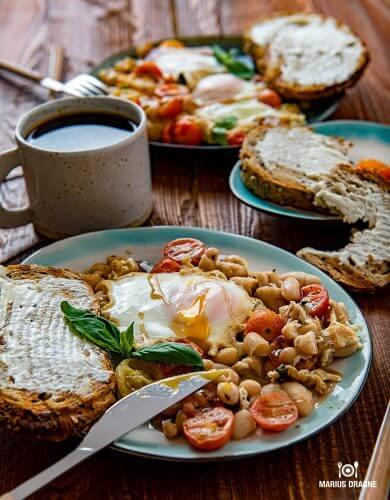 Mic dejun cu oua, fasole si rosii cherry