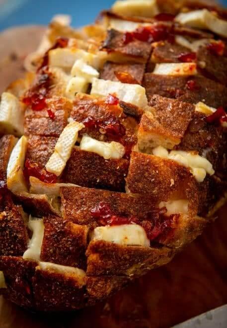 Paine umpluta cu branza brie si camembert