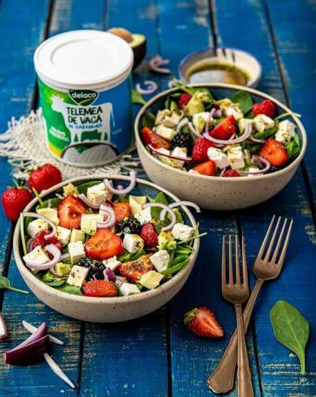 Salata de vara cu telemea, fructe de padure si dressing cu mac