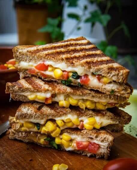 Sandwich cald cu cascaval si porumb