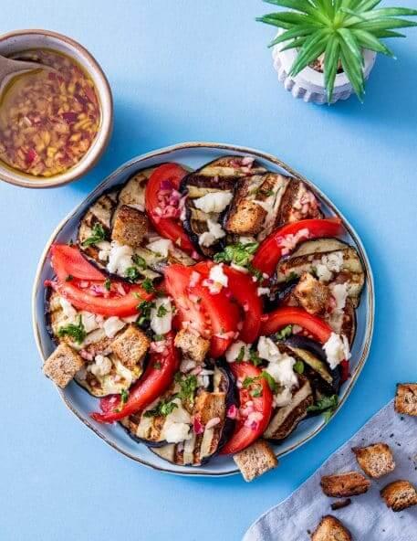 Salata cu vinete, rosii si branza de burduf